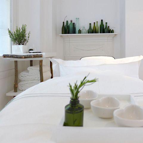 Room, Interior design, Wall, Dishware, Serveware, Linens, Interior design, Flowerpot, Ceramic, Porcelain,