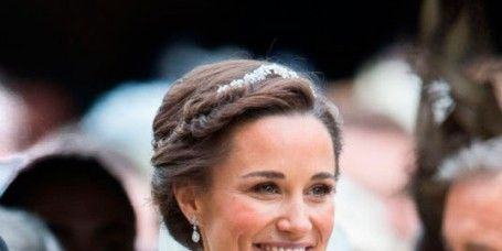 Hair, Facial expression, Hairstyle, Eyebrow, Skin, Beauty, Smile, Dress, Fashion, Chin,