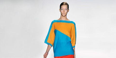 Sleeve, Human body, Shoulder, Human leg, Standing, Joint, Style, Waist, Knee, Street fashion,
