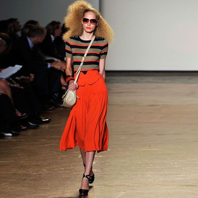 Footwear, Shoulder, Sunglasses, Joint, Outerwear, Human leg, Fashion show, Style, Street fashion, Fashion model,