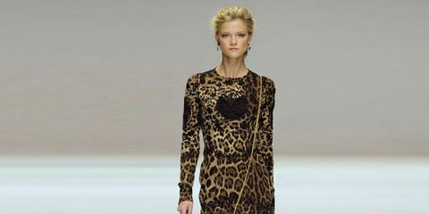 Shoulder, Fashion show, Joint, Dress, Style, One-piece garment, Fashion model, Waist, Runway, Fashion,