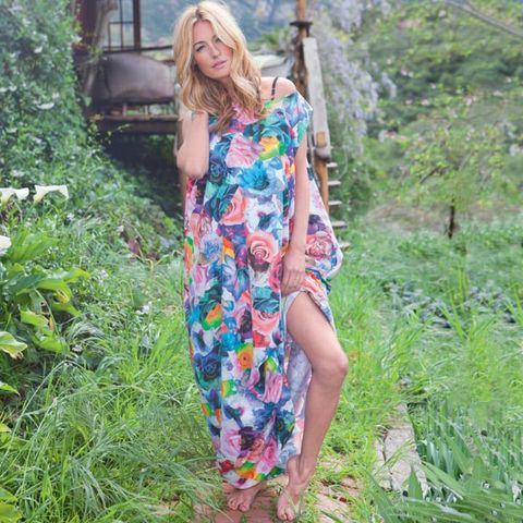 Shoulder, Dress, Summer, One-piece garment, People in nature, Day dress, Street fashion, Spring, Groundcover, Bench,