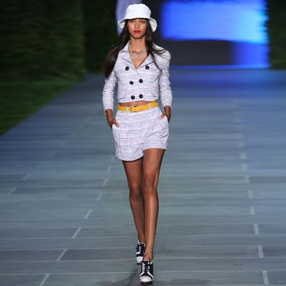 Clothing, Sleeve, Human leg, Shoulder, Joint, White, Style, Knee, Street fashion, Waist,