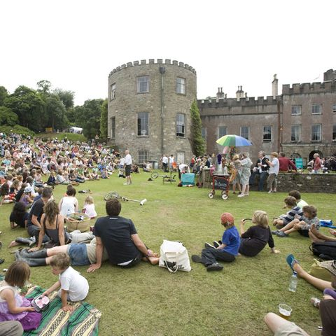 Mammal, Crowd, Park, Arch, Lawn, Backpack, Picnic, Medieval architecture, Historic site,