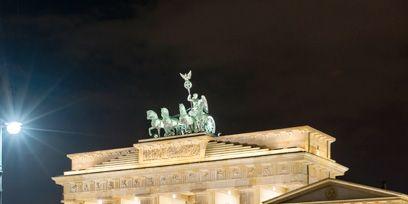Night, Landmark, Sculpture, Monument, Classical architecture, Midnight, Column, Water feature, Street light, Tourist attraction,