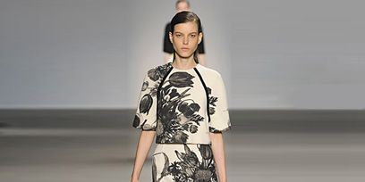 Clothing, Leg, Sleeve, Human body, Human leg, Shoulder, Joint, Standing, Fashion show, Style,