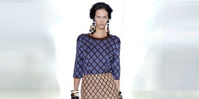 Sleeve, Shoulder, Textile, Joint, Human leg, White, Style, Knee, Pattern, Waist,