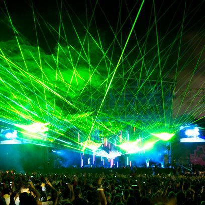 Green, Entertainment, Event, Crowd, Music, Magenta, Electricity, Laser, Visual effect lighting, Light,