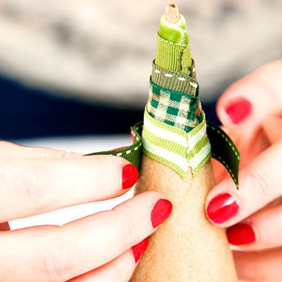 Finger, Green, Skin, Nail, Thumb, Nail care, Wrist, Nail polish, Pattern, Cosmetics,
