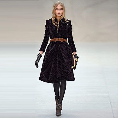 Sleeve, Shoulder, Joint, Collar, Style, Dress, Fashion model, Formal wear, Knee, Street fashion,