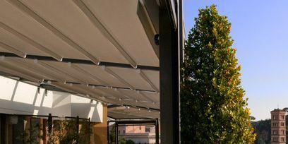 Tablecloth, Table, Furniture, Glass, Linens, Real estate, Flowerpot, Restaurant, Chair, Shade,