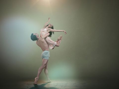 Human leg, Standing, Performing arts, People in nature, Dancer, Knee, Concert dance, Athletic dance move, Choreography, Performance art,