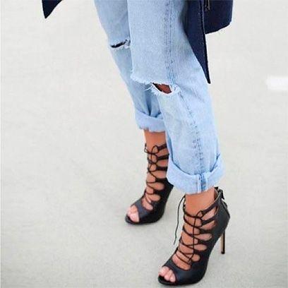 Footwear, Leg, Blue, Toe, Sleeve, Human leg, Textile, Joint, White, Foot,