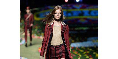 Style, Fashion show, Street fashion, Runway, Fashion, Fashion model, Knee, Long hair, Model, Costume design,