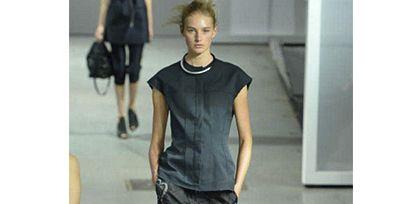 Clothing, Leg, Human body, Shoulder, Joint, Human leg, Standing, Style, Fashion show, Knee,