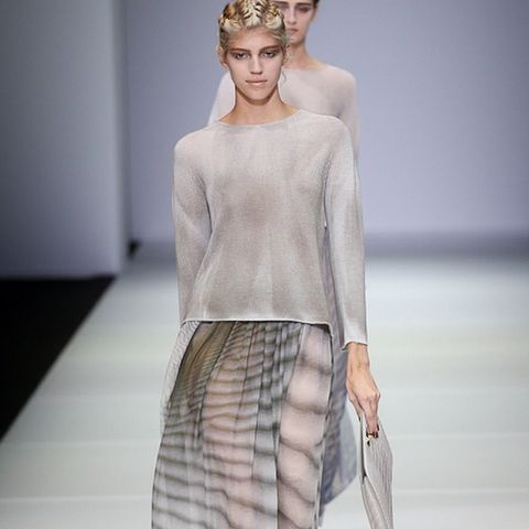 Sleeve, Shoulder, Joint, Waist, Style, Fashion show, Fashion model, Headpiece, Fashion, Neck,