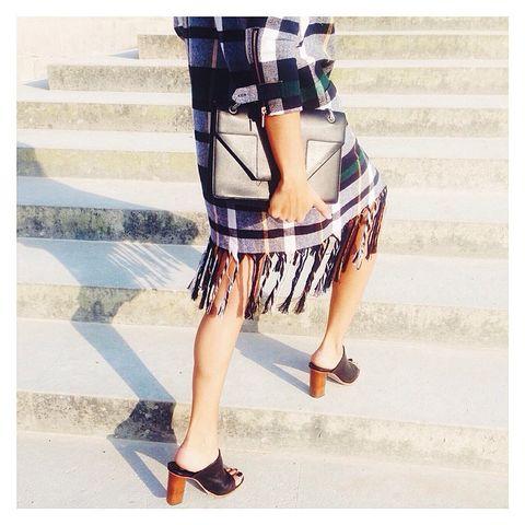 Leg, Human leg, Sleeve, Shoe, Joint, Style, Bag, Pattern, Waist, Street fashion,