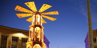 Landmark, Cross, Pedestrian, Symbol, Tourist attraction, Evening, Religious item,