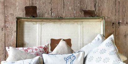 Textile, Throw pillow, Cushion, Pillow, Linens, Wall, Bedding, Home accessories, Grey, Beige,