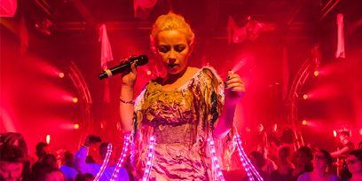 Microphone, Entertainment, Magenta, Performing arts, Pink, Purple, Performance, Artist, Fashion, Violet,