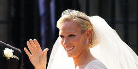 Bridal veil, Hairstyle, Petal, Veil, Forehead, Bouquet, Bridal clothing, Photograph, Flower, White,