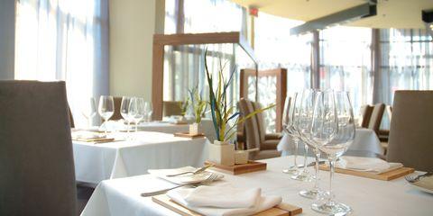 Tablecloth, Serveware, Dishware, Glass, Drinkware, Stemware, Textile, Tableware, Napkin, Table,