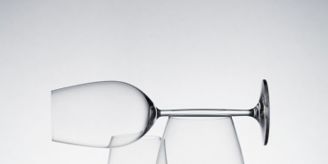 Glass, Drinkware, Stemware, Barware, White, Wine glass, Tableware, Transparent material, Champagne stemware, Liquid,
