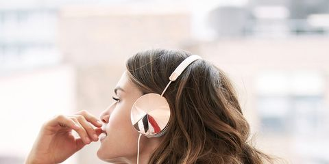 Hairstyle, Shoulder, Elbow, Audio equipment, Beauty, Neck, Eyelash, Waist, Earrings, Trunk,