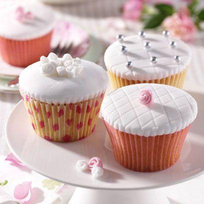 Vintage style rose cupcakes
