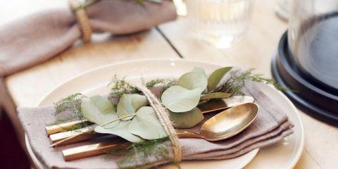 Serveware, Dishware, Leaf, Natural material, Kitchen utensil, Animal product, Porcelain, Plate, Cutlery, Ceramic,