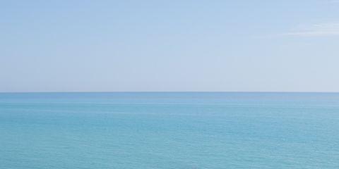 Human leg, Shoulder, Elbow, Ocean, Summer, Leisure, Toe, Aqua, Sea, Horizon,