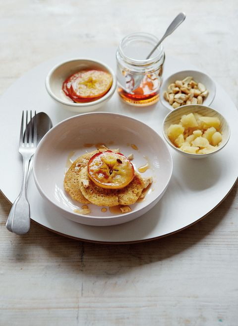 Oat pancakes with apple and cashews