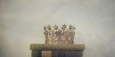 Atmospheric phenomenon, Crown, Sculpture, Haze, Holy places, Fog, Symbol,
