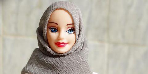 Lip, Toy, Eyelash, Wool, Wrap, Shawl, Creative arts, Woolen, Figurine, Doll,