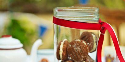 Serveware, Dishware, Finger food, Baked goods, Cookies and crackers, Ingredient, Teapot, Bronze, Porcelain, Biscuit,