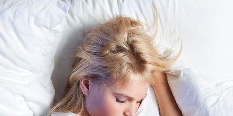 Arm, Hairstyle, Shoulder, Comfort, Textile, Elbow, Beauty, Eyelash, Photography, Blond,
