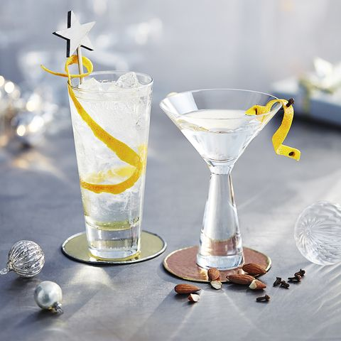 Drink, Martini glass, Champagne cocktail, French 75, Alcoholic beverage, Distilled beverage, Cocktail garnish, Classic cocktail, Fizz, Gin and tonic,