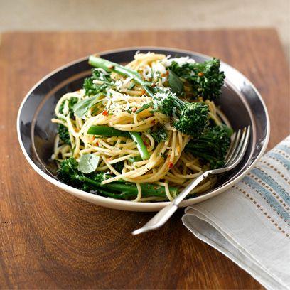 Spaghetti with broccoli, garlic and chilli recipe