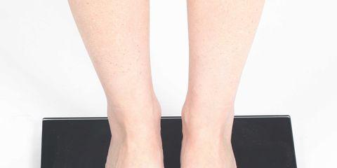 Leg, Toe, Foot, Footwear, Skin, Human leg, Nail, Joint, Human body, Ankle,