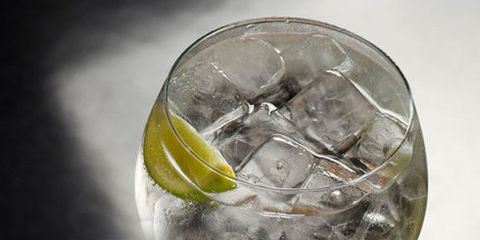 Ice cube, Gin and tonic, Glass, Vodka and tonic, Transparent material, Drink, Distilled beverage, Ice, Spritzer,