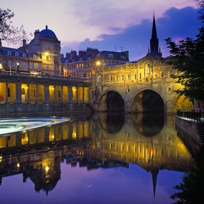 Reflection, Landmark, Sky, Waterway, Night, Architecture, Reflecting pool, River, Building, Water,