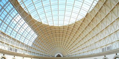 Daylighting, Ceiling, Fixture, Shopping mall, Retail, Roof lantern, Arcade, Service,