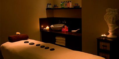 Lighting, Room, Property, Bedding, Textile, Interior design, Wall, Bed sheet, Linens, Bedroom,