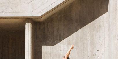 Leg, Human leg, Elbow, Wall, Knee, Thigh, Active pants, Waist, Calf, Concrete,
