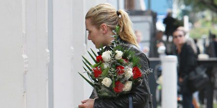 Street fashion, Bag, Flower Arranging, Cut flowers, Floral design, Artificial flower, Floristry, Bouquet, Rose, Rose family,