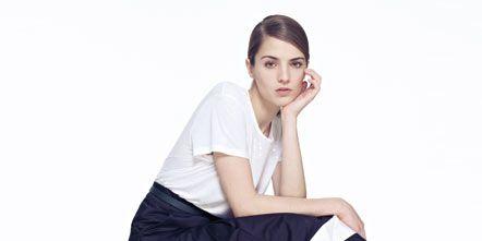 Sleeve, Shoulder, Textile, Joint, Human leg, White, Style, Sitting, Knee, Fashion,