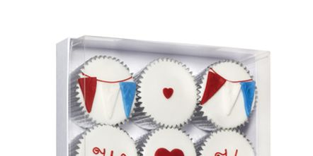 Baking cup, Baked goods, Baking, Dessert, Cake decorating supply, Cupcake, Petit four, Cooking, Snack, Cake,