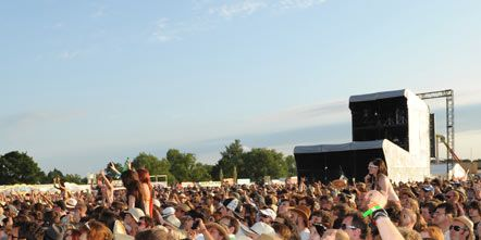 Hair, Eyewear, Crowd, People, Hat, Audience, Mammal, Headgear, Fashion accessory, Sunglasses,