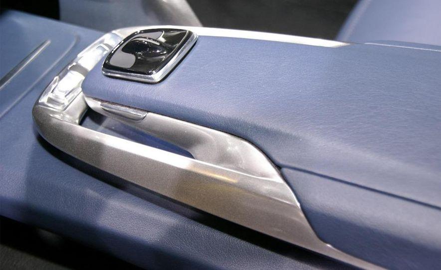 Lexus LF-Ch concept - Slide 25