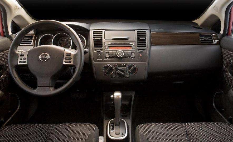 2010 Nissan Versa 1.8 SL hatchback - Slide 22
